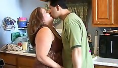 Curvy mom gets fucked and takes facial