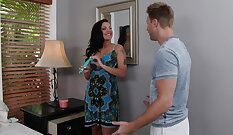 Busty glamour milf Vida fucked in bed