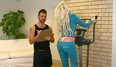 Curvy daughter gets boned by her trainer
